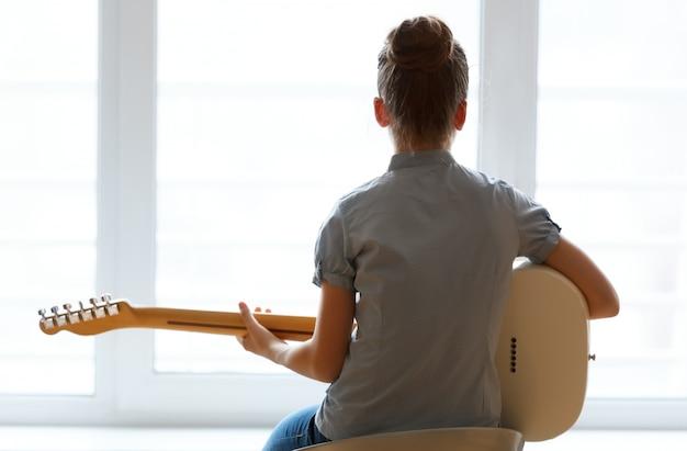 Sylwetka piękna dziewczyna z gitarą