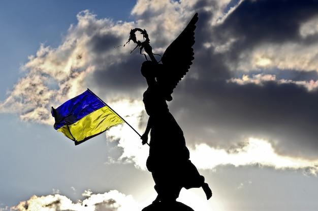 Sylwetka pomnika niepodległości w charkowie na ukrainie