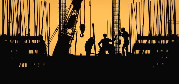 Sylwetka pracownika budowlanego w miejscu pracy