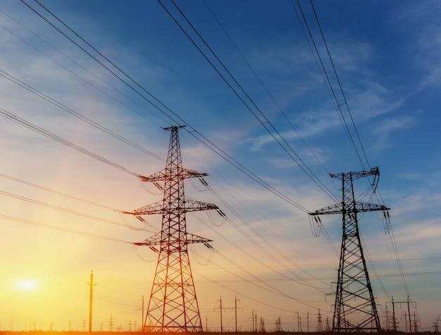 Sylwetka pylonu do przesyłu energii elektrycznej o dużej mocy.