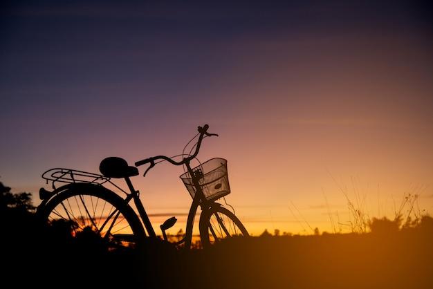 Sylwetka rocznika rower przy zmierzchem