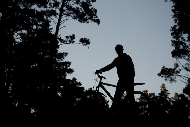 Sylwetka rowerzysty na rowerze szosowym