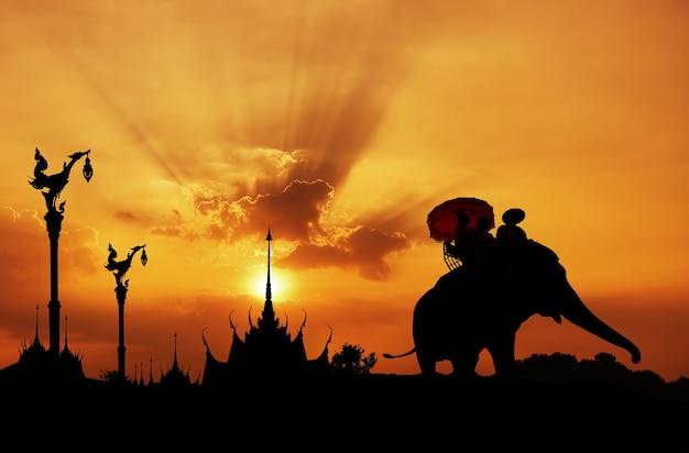 Sylwetka słonia ze świątyni w tajlandii