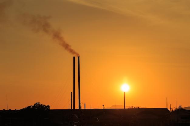 Sylwetka smokestacks w zachód słońca