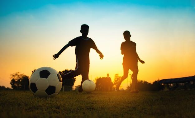 Sylwetka sport działania na świeżym powietrzu z grupy dzieci, zabawy