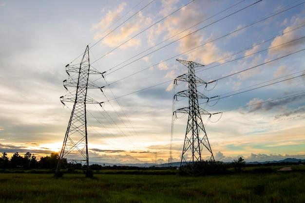 Sylwetka struktury słupów elektrycznych wysokiego napięcia
