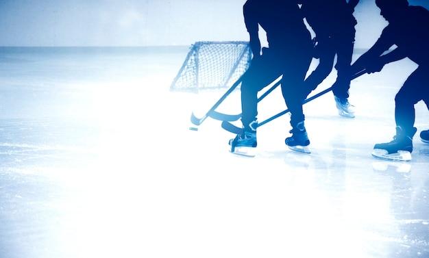 Sylwetka strzał gra w hokeja na lodzie w grze w sezonie zimowym