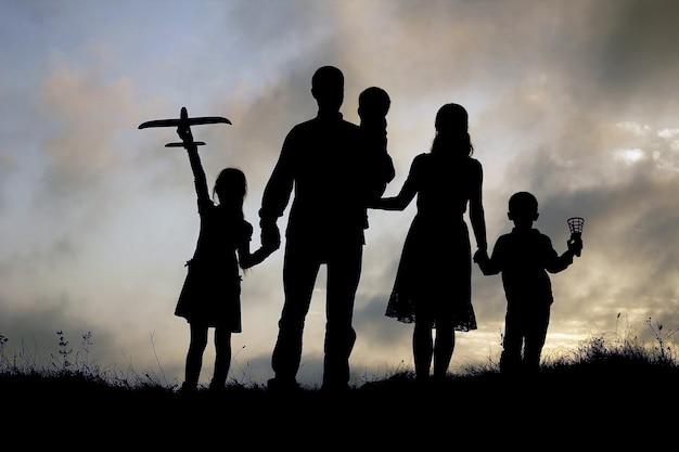Sylwetka szczęśliwej rodziny z dziećmi na przyrodę