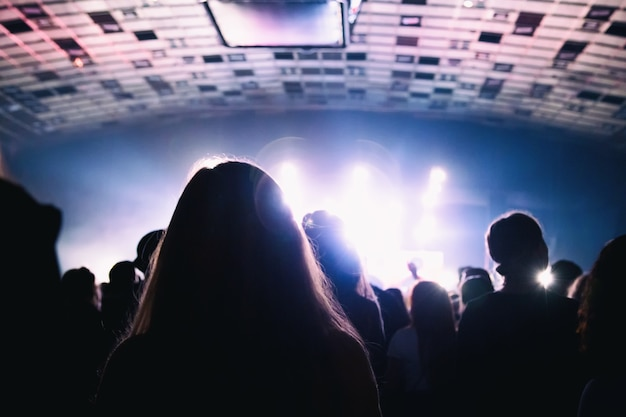 Sylwetka tłumu na koncercie rockowym