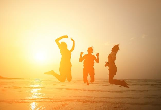 Sylwetka trzech młodych dziewcząt skoki
