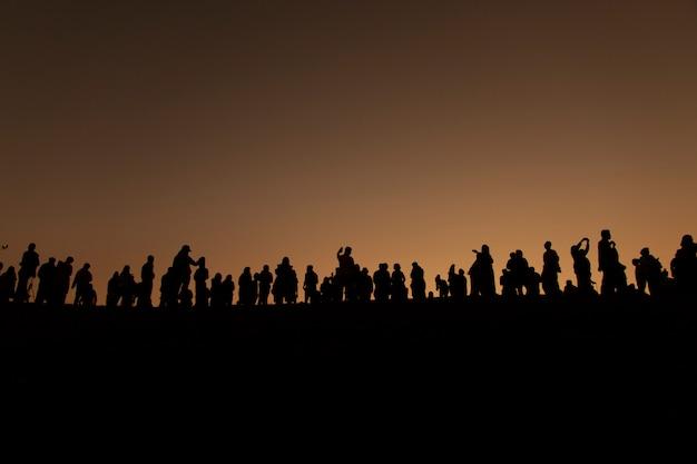 Sylwetka turyści patrzeje widok z wschodem słońca w ranku.