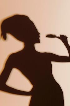 Sylwetka wdzięcznej kobiety po prysznicu