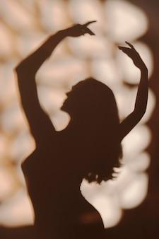 Sylwetka wdzięcznej kobiety w domu