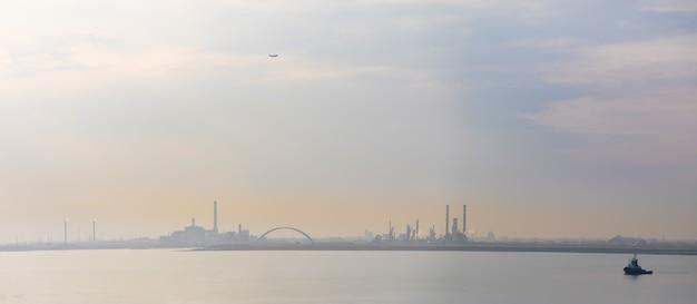 Sylwetka wenecja porto marghera, teren przemysłowy, włochy