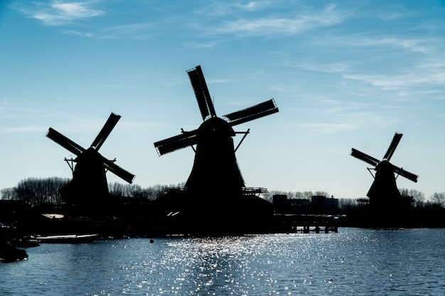 Sylwetka wiatraków w holandii