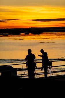 Sylwetka, wschód słońca z portu red lotus sea udonthani, tajlandia