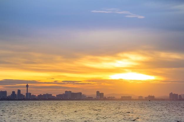 Sylwetka wysocy budynki z pięknym niebem i morze przy zmierzchem keno larn pattaya tajlandia