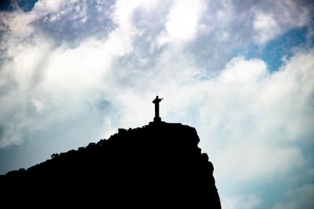 Sylwetka wzgórze corcovado i chrystus odkupiciel w rio de janeiro, brazylia