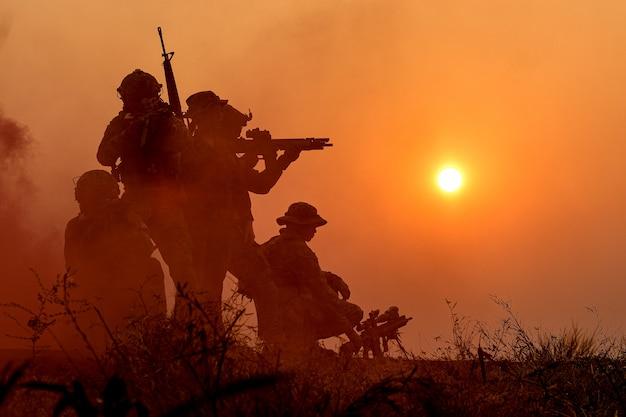 Sylwetka żołnierza wojskowego z zachodem słońca