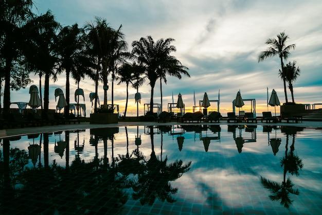 Sylwetki drzewko palmowe z parasolem