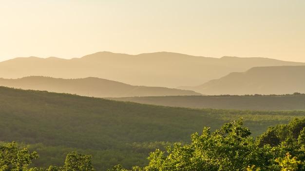 Sylwetki gór krajobraz.o zachodzie słońca