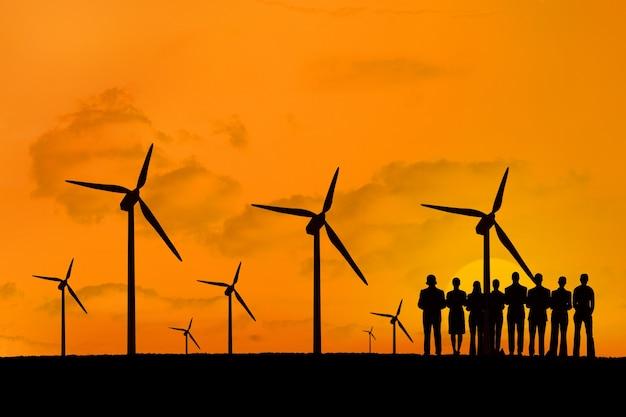 Sylwetki ludzi korzystających z odnawialnych źródeł energii