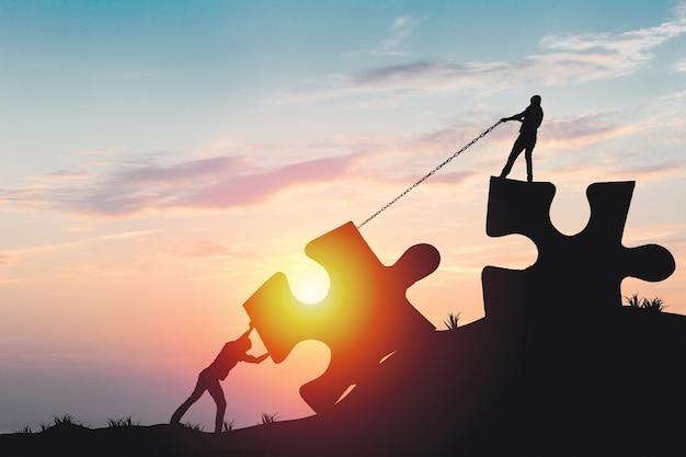 Sylwetki ludzi pomagających połączyć układankę i puzzle do sukcesu, koncepcja jako poprawa i rozwój biznesu