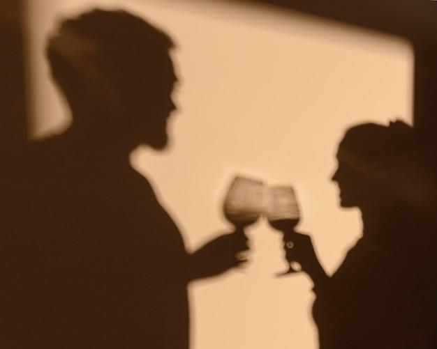 Sylwetki mężczyzny i kobiety o randce w domu