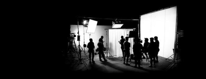Sylwetki przedstawiające produkcję filmową za kulisami lub kręcenie filmów reklamowych