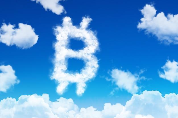 Symbol bitcoin w postaci chmur pary na tle błękitnego nieba z chmurami.