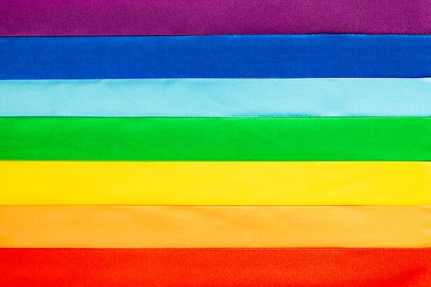 Symbol flagi lgbt wykonany z satynowych wstążek