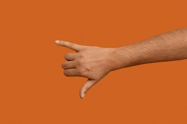 Symbol języka migowego na pomarańczowym tle