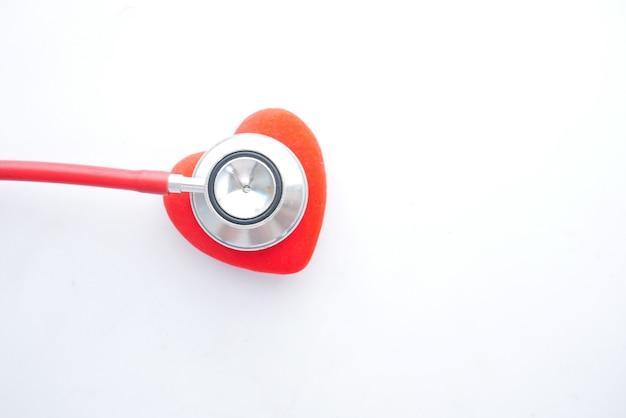 Symbol kształtu serca i stetoskop na białym tle