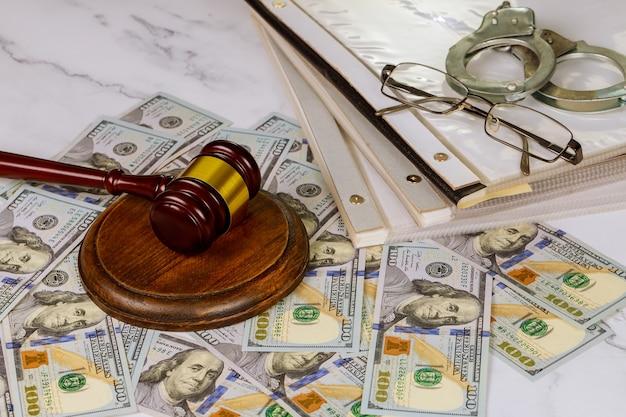 Symbol młotka sędziowskiego biura ustawodawstwa w miejscu pracy w folderze z dokumentami prawnymi policyjnymi kajdankami