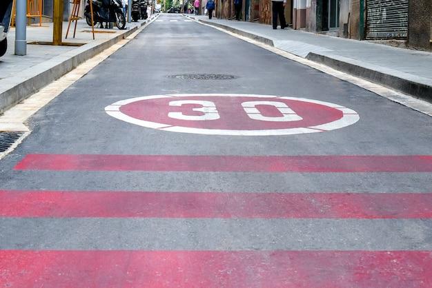 Symbol nie jedź po drogach więcej niż trzydzieści kilometrów na godzinę