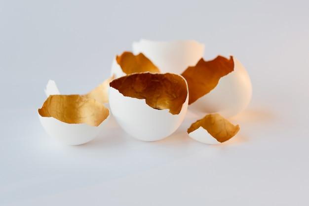 Symbol nowego życia, skorupki jaj. dekoracyjny, złoty kolor wewnątrz