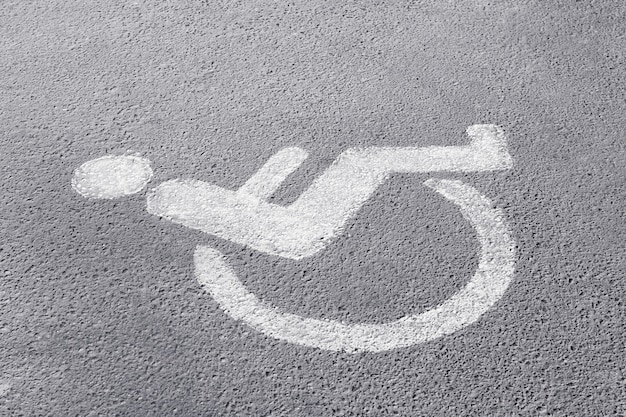 Symbol osoby niepełnosprawnej na parkingu