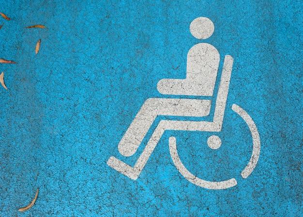 Symbol osoby niepełnosprawnej namalowany na ulicy