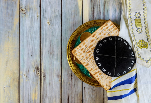 Symbol płyty paschy, matza z kipah i tallit w uroczystości pesah