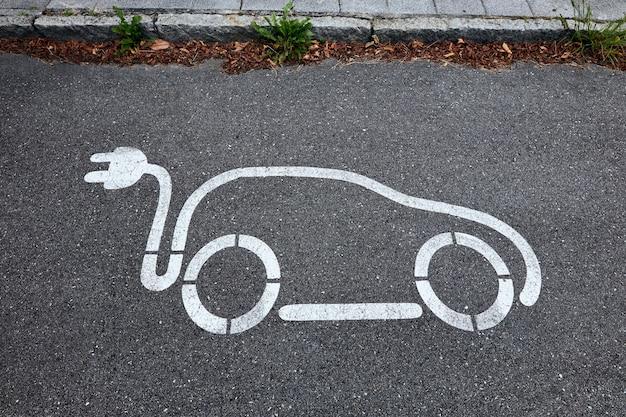 Symbol pojazdu elektrycznego na ulicy.