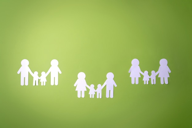 Symbol rodziny wycięte z białego papieru. ochrona praw ludzi i mniejszości seksualnych.
