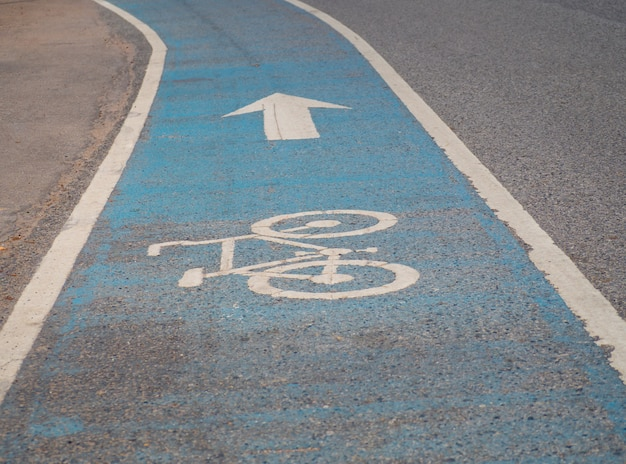Symbol roweru na asfaltowym pasie rowerowym.