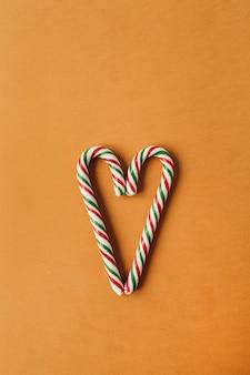 Symbol serca wykonany z dwóch tradycyjnych cukierków w sztyfcie na imbirze