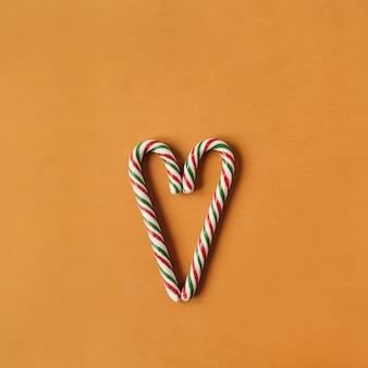 Symbol serca wykonany z tradycyjnych cukierków w sztyfcie na imbirze