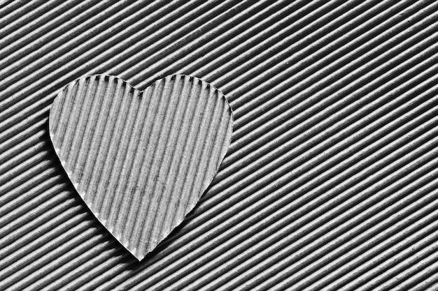 Symbol serca wyrzeźbiony z tektury falistej