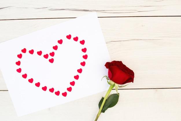 Symbol serce na papierowym pobliskim kwiacie