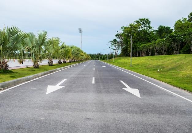 Symbol strzałki betonowej drogi w publicznym parku