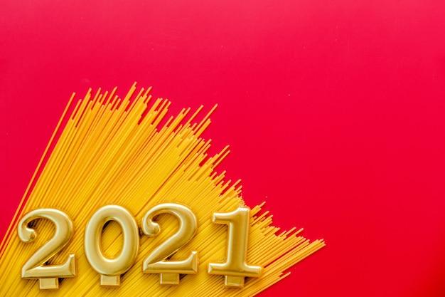 Symbol szczęśliwego nowego roku z numeru i makaronu