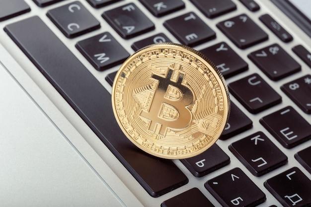 Symbol złota moneta bitcoin na klawiaturze