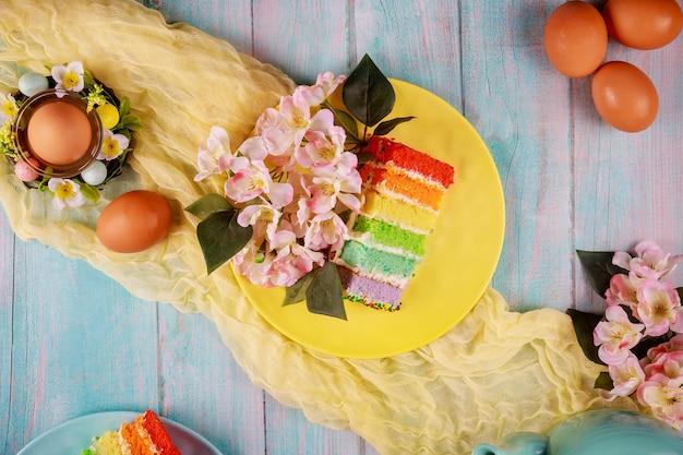 Symbol żywności pisanek i kolorowe świąteczne ciasto.
